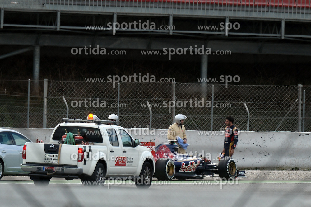 26.02.2015, Circuit de Catalunya, Barcelona, ESP, FIA, Formel 1, Testfahrten, Barcelona, Tag 1, im Bild Carlos Sainz jr (ESP) Scuderia Toro Rosso STR10 stops on track // during the Formula One Testdrives, day one at the Circuit de Catalunya in Barcelona, Spain on 2015/02/26. EXPA Pictures &copy; 2015, PhotoCredit: EXPA/ Sutton Images/ Patrik Lundin Images<br /> <br /> *****ATTENTION - for AUT, SLO, CRO, SRB, BIH, MAZ only*****