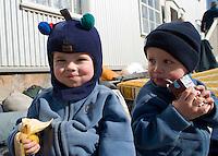 Sindri Benedikt og Ari Carl að fá sér hressingu fyrir utan Ásgarð.