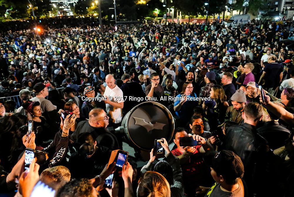 6月15日,美国洛杉矶市中心,大批民众出席纪念&ldquo;蝙蝠侠&rdquo;演员亚当&middot;西斯活动。当晚,为纪念&ldquo;蝙蝠侠&rdquo;演员亚当&middot;西斯,洛杉矶市政厅把蝙蝠信号投射到洛杉矶市政厅大楼外。新华社发 (赵汉荣摄)<br /> People crowd as the Bat-signal is projected onto Los Angles City Hall during a tribute of &quot;Batman&quot; actor Adam West in Los Angeles, the United States, June15, 2017. (Xinhua/Zhao Hanrong)(Photo by Ringo Chiu)<br /> <br /> Usage Notes: This content is intended for editorial use only. For other uses, additional clearances may be required.