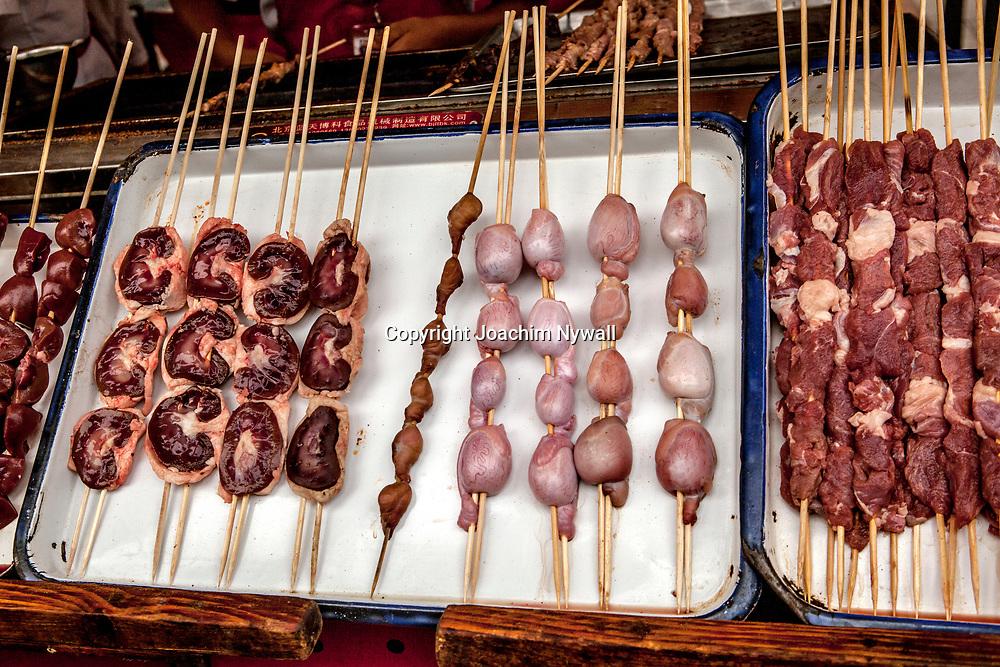2011 08 Beijing Kina China<br /> Lokal matmarknad i centrala Beijing som s&auml;ljer skorpioner, orm, skalbaggar silkes maskar och &ouml;vriga kinesiska delikatesser<br /> <br /> ----<br /> FOTO : JOACHIM NYWALL KOD 0708840825_1<br /> COPYRIGHT JOACHIM NYWALL<br /> <br /> ***BETALBILD***<br /> Redovisas till <br /> NYWALL MEDIA AB<br /> Strandgatan 30<br /> 461 31 Trollh&auml;ttan<br /> Prislista enl BLF , om inget annat avtalas.