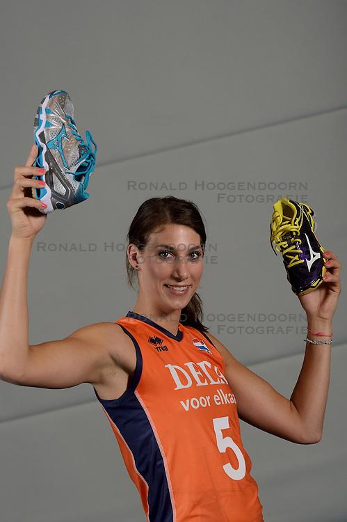 21-05-2014 NED: Selectie Nederlands volleybal team vrouwen, Arnhem<br /> Op Papendal werd het Nederlands team volleybal seizoen 2014-2015 gepresenteerd / Mizuno Robin de Kruijf