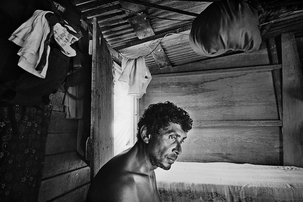 French guyana, maripasoula, maroni.<br /> <br /> Garimpeiro. L'Amazonie n'est pas mieux contr&ocirc;lee en Guyane fran&ccedil;aise qu'au Bresil ou au Surinam. Capitale de l'orpaillage sur le Maroni, Maripasoula, mais aussi Saint-Elie ou Camopi, autres communes isolees, voient se multiplier les chantiers clandestins de chercheurs d'or.<br /> Braquages ou reglements de comptes, on entend parler d&rsquo;exactions. On parle de milices, tortures, expeditions punitives et executions entre garimpeiros. Au pays de la rumeur, la legende s&rsquo;installe, pas toujours verifiable.<br /> <br /> L&rsquo;amalgame est ici facile entre &laquo; orpaillage clandestin &raquo; et &laquo; orpaillage imputable aux etrangers clandestins &raquo;. Pompes et pelles mecaniques, les techniques et la main d&rsquo;&oelig;uvre sont bresiliennes, le garimpeiro venu gagner sa vie sur le territoire fran&ccedil;ais est facilement livre a la vindicte populaire. Autour de Maripasoula, la majorite des exploitations dependent de patrons orpailleurs fran&ccedil;ais.