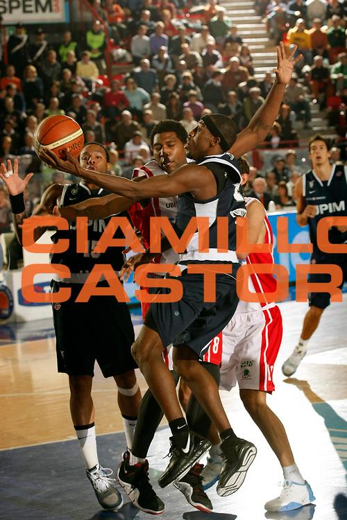 DESCRIZIONE : Varese Lega A1 2007-08 Cimberio Varese Upim Fortitudo Bologna<br /> GIOCATORE : Horace Jenkins<br /> SQUADRA : Upim Fortitudo Bologna<br /> EVENTO : Campionato Lega A1 2007-2008<br /> GARA : Cimberio Varese Upim Fortitudo Bologna<br /> DATA : 21/10/2007<br /> CATEGORIA : Tiro<br /> SPORT : Pallacanestro<br /> AUTORE : Agenzia Ciamillo-Castoria/G.Cottini<br /> Galleria : Lega Basket A1 2007-2008<br /> Fotonotizia : Varese Campionato Italiano Lega A1 2007-2008 Cimberio Varese Upim Fortitudo Bologna<br /> Predefinita :