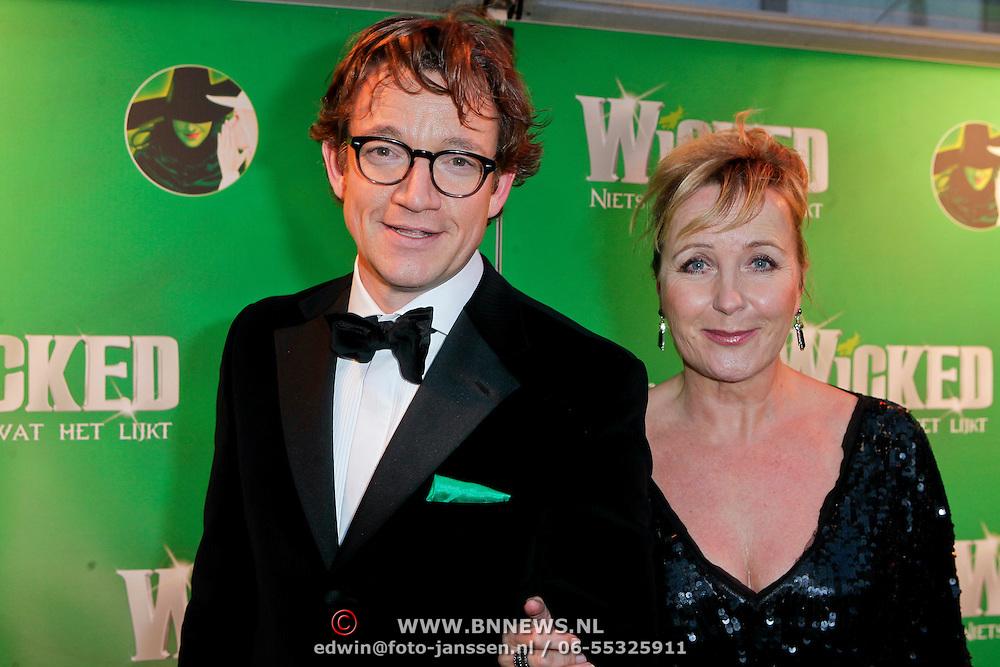 NLD/Scheveningen/20111106 - Premiere musical Wicked, Paul de Groot en Inge Iepenburg