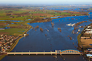 Nederland, Gelderland, Zutphen, 01-20-2011;.Kanonsdijk, gemengde auto- en spoorbrug over de IJssel bij Zutphen. Hoogwater in de rivier.  High water in the river IJssel, combined traffic  and train bridge (Kanonsdijk) at the Hansa city of Zutphen..luchtfoto (toeslag), aerial photo (additional fee required).copyright foto/photo Siebe Swart