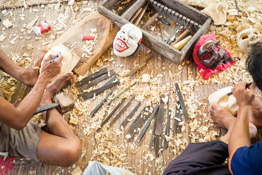 Dintorni di Ubud Bali 2015 - Gli strumenti variano di dimensione a seconda della fase di lavorazione e i dettagli da realizzare.