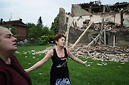 Cavezzo, Italia- 31 magio 2012. Donne ritratte davanti alla loro casa distrutta dal terremoto che ha colpito l'Emilia Romagna nei giorni scorsi. .Ph. Roberto Salomone Ag. Controluce.ITALY - Women stand in front of the collapsed  house that they owned in Cavezzo that was destroyed by an earthquake that hit Emilia Romagna region in norther Italy on May 29, 2012.