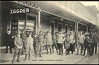 Skauti u službi na državnom kolodvoru.  <br /> <br /> ImpresumZagreb : Naklada R. Mosinger, [između 1905 i 1918].<br /> Materijalni opis1 razglednica : tisak ; 9 x 13,9 cm.<br /> NakladnikSvjetlotiskarski zavod R. Mosinger<br /> Mjesto izdavanjaZagreb<br /> Vrstavizualna građa • razglednice<br /> ZbirkaZbirka razglednica • Grafička zbirka NSK<br /> Formatimage/jpeg<br /> PredmetZagreb –– Trg kralja Tomislava<br /> SignaturaRZG-TOM-34<br /> Obuhvat(vremenski)20. stoljeće<br /> NapomenaRazglednica nije putovala.<br /> PravaJavno dobro<br /> Identifikatori000953639<br /> NBN.HRNBN: urn:nbn:hr:238:158998 <br /> <br /> Izvor: Digitalne zbirke Nacionalne i sveučilišne knjižnice u Zagrebu