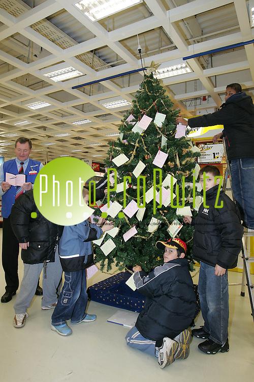 Mannheim. Vogelstang. Wal Mart. Wunsch Christbaum wird von Heim Kindern geschm&uuml;ckt. Die Kunden sollen sich den W&uuml;nschen annehmen und f&uuml;r Freude im Heim sorgen.<br /> <br /> Bild: Markus Pro&szlig;witz<br /> ++++ Archivbilder und weitere Motive finden Sie auch in unserem OnlineArchiv. www.masterpress.org ++++