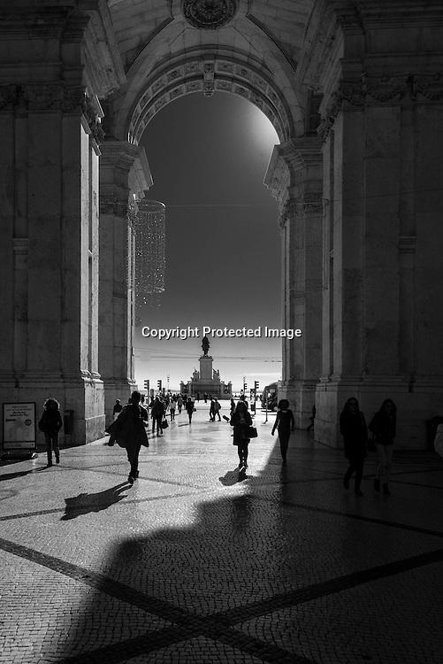 Portugal. Praca do commercio. un der the arch of rua Augusta  triumph arch