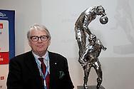 27.4.2011, Olympiastadion, Helsinki..Veikkausliigan kauden 2011 media-avaus..Veikkausliigan puheenjohtaja Lasse Lehtinen ja mestaruuspokaali..©Juha Tamminen.