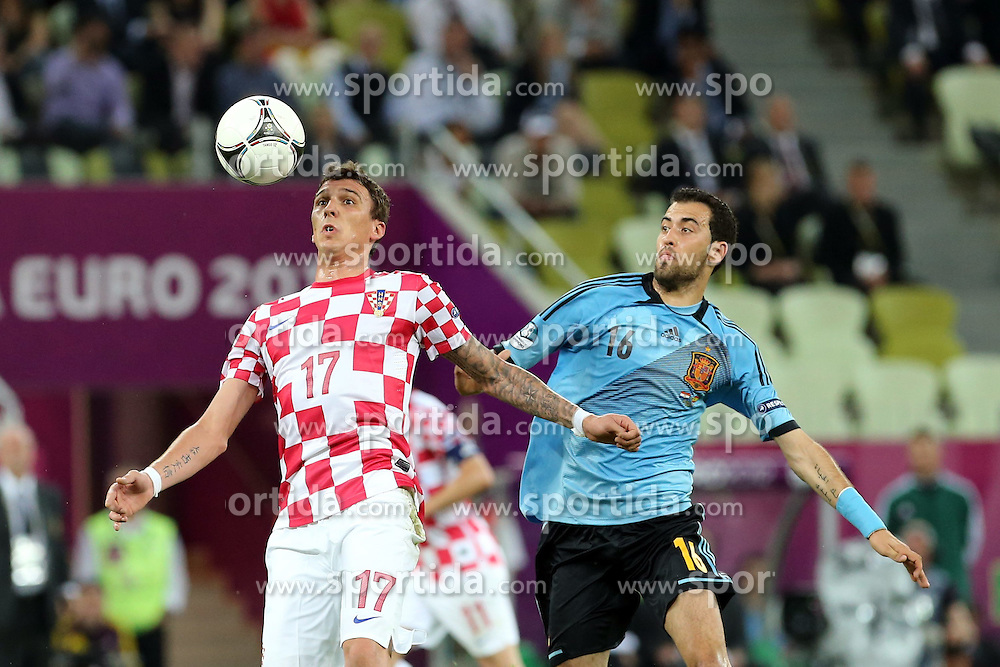 18.06.2012, Arena Gdansk, Danzig, POL, UEFA EURO 2012, Kroatien vs Spanien, Gruppe C, im Bild MARIO MANDZUKIC (L), SERGIO BUSQUETS (P) // during the UEFA Euro 2012 Group C Match between Croatia and Spain at the Arena Gdansk, Gdansk, Poland on 2012/06/18. EXPA Pictures © 2012, PhotoCredit: EXPA/ Newspix/ Jakub Piasecki..***** Jakub Piasecki..***** ATTENTION - for AUT, SLO, CRO, SRB, SUI and SWE only *****