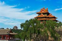 Chine, Pékin (Beijing), Cité interdite, classée Patrimoine Mondial de l' UNESCO, la tour Nord-Ouest et la colline du parc Jingshan // China, Beijing, The Forbidden City, the North West Tower and Jingshan park hill