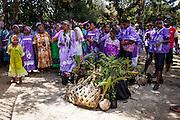 La femme et les enfants emporteront des effets personnels et des plantes offertes par leur clan d'origine.  - Mariage Kanak  - Tribu de Méhoué, Canala – Nouvelle Calédonie – Septembre 2013