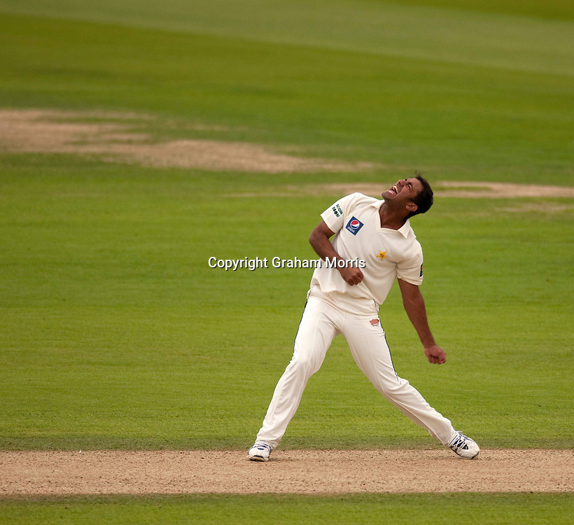 Bowler Wahab Riaz celebrates his fifth wicket (Stuart Broad) on debut during the third npower Test Match between England and Pakistan at the Oval.  Photo: Graham Morris (Tel: +44(0)20 8969 4192 Email: sales@cricketpix.com) 18/08/10