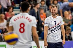 12-05-2017 NED: Nederland - Tsjechië, Amstelveen<br /> De Nederlandse volleybal mannen spelen hun eerste oefeninterland in de Emergohal in Amstelveen tegen Tsjechië. Deze wedstrijd staat in het teken van de verplaatsing van het Bankrasmomument. Nederland speelde daarom in speciale oude Nederlandse shirts uit 1992 / Gijs Jorna #7 heeft een onderonsje met Fabian Plak #8