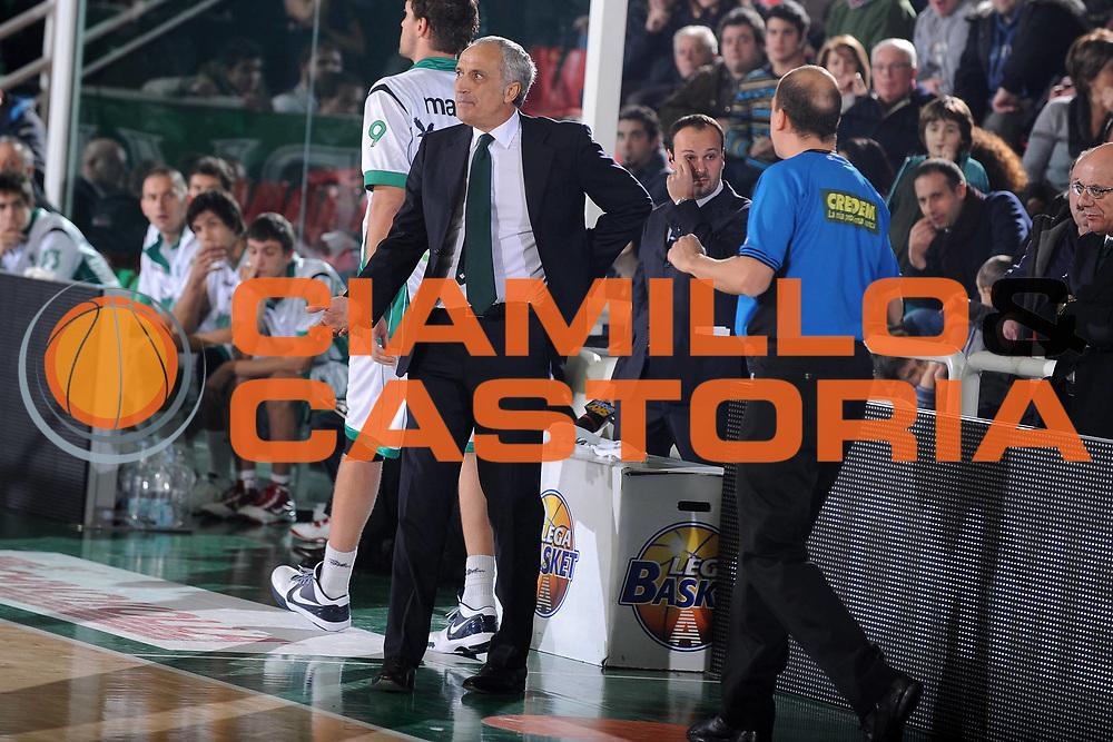 DESCRIZIONE : Avellino Lega A 2009-10 Air Avellino Armani Jeans Milano<br /> GIOCATORE : Cesare Pancotto<br /> SQUADRA : Air Avellino<br /> EVENTO : Campionato Lega A 2009-2010<br /> GARA : Air Avellino Armani Jeans Milano<br /> DATA : 13/12/2009<br /> CATEGORIA : Delusione Coach<br /> SPORT : Pallacanestro<br /> AUTORE : Agenzia Ciamillo-Castoria/G.Ciamillo<br /> Galleria : Lega Basket A 2009-2010 <br /> Fotonotizia : Avellino Campionato Italiano Lega A 2009-2010 Air Avellino Armani Jeans Milano<br /> Predefinita :