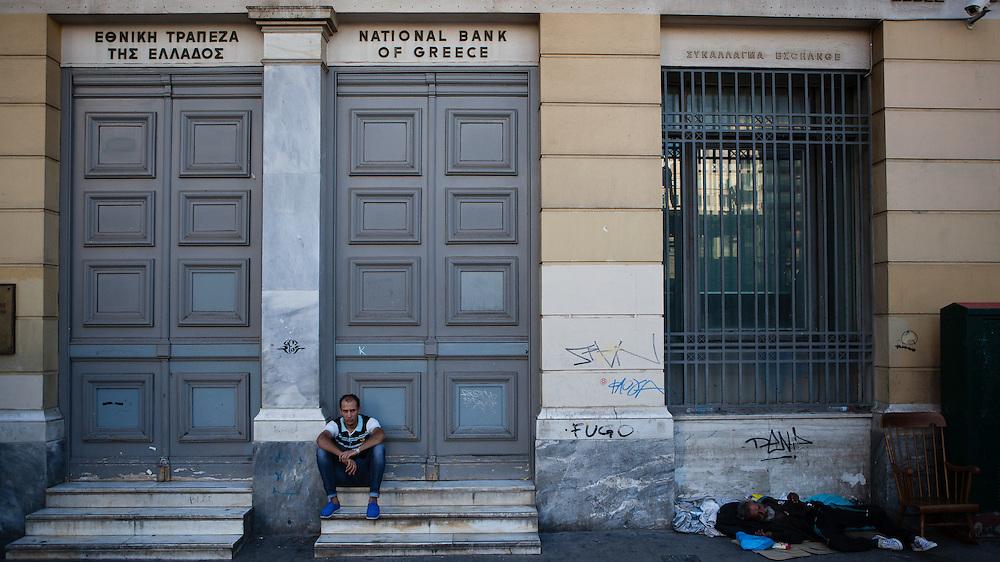 """Die Banken sind geschlossen in Griechenland, seit die sozialistische Regierung unter Premier Alexis Tsipras in den Verhandlungen mit der europäischen Union gescheitert ist. """"Man muss das Paradoxe aushalten und lernen, das Andererseits im Einerseits mitzuden- ken und umgekehrt: """"Ja"""" und """"Nein"""" – das sind Lager und Schnittmengen zugleich, weil Alexis Tsipras eine Bedrohung ist und eine Hoffnung. Viele Menschen ha- ben sich an die Krise gewöhnt wie an die Sommerhitze, sie ist zu einem Teil ihres Alltags geworden und lähmt das Land. Aber man muss mit ihr zurechtkommen.<br /> """"Europa schuldig zu sprechen wegen seiner angeblichen Austeritätspolitik, ist immer der falsche Ansatz""""<br /> Apostolos Siokas<br /> Vize-Bürgermeister Moschato<br /> Zeiten waren schwierig, die Zeiten sind schwierig und die Zeiten werden schwierig sein. Eben drum aber sehnt man sich zugleich nach einer Katharsis, nach der Bereinigung einer Gegenwart, die nicht vergehen will."""" <br /> <br /> """"Der ewige Marathon""""   Dieter Schnaas   Wirtschaftswoche 29/10.7.2015"""