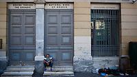 Die Banken sind geschlossen in Griechenland, seit die sozialistische Regierung unter Premier Alexis Tsipras in den Verhandlungen mit der europ&auml;ischen Union gescheitert ist. &quot;Man muss das Paradoxe aushalten und lernen, das Andererseits im Einerseits mitzuden- ken und umgekehrt: &bdquo;Ja&ldquo; und &bdquo;Nein&ldquo; &ndash; das sind Lager und Schnittmengen zugleich, weil Alexis Tsipras eine Bedrohung ist und eine Hoffnung. Viele Menschen ha- ben sich an die Krise gew&ouml;hnt wie an die Sommerhitze, sie ist zu einem Teil ihres Alltags geworden und l&auml;hmt das Land. Aber man muss mit ihr zurechtkommen.<br /> &bdquo;Europa schuldig zu sprechen wegen seiner angeblichen Austerit&auml;tspolitik, ist immer der falsche Ansatz&ldquo;<br /> Apostolos Siokas<br /> Vize-B&uuml;rgermeister Moschato<br /> Zeiten waren schwierig, die Zeiten sind schwierig und die Zeiten werden schwierig sein. Eben drum aber sehnt man sich zugleich nach einer Katharsis, nach der Bereinigung einer Gegenwart, die nicht vergehen will.&quot; <br /> <br /> &quot;Der ewige Marathon&quot; | Dieter Schnaas | Wirtschaftswoche 29/10.7.2015