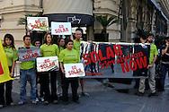 """Roma 25 Maggio 2009.Blitz di Greenpeace al G8 dell' Energia che si tiene al Hotel Excelsior in via Veneto,gli attivisti si sono presentati con 15  specchi che proiettano la luce riflessa del sole in uno specchio più grande è stato scritto """"Solar Revolution Now"""".<br /> Activists of the environmental group Greenpeace hold banners reading 'Go Solar' during a demonstration in front of a hotel where a Group of eight (G8) Energy ministers' meeting takes place"""