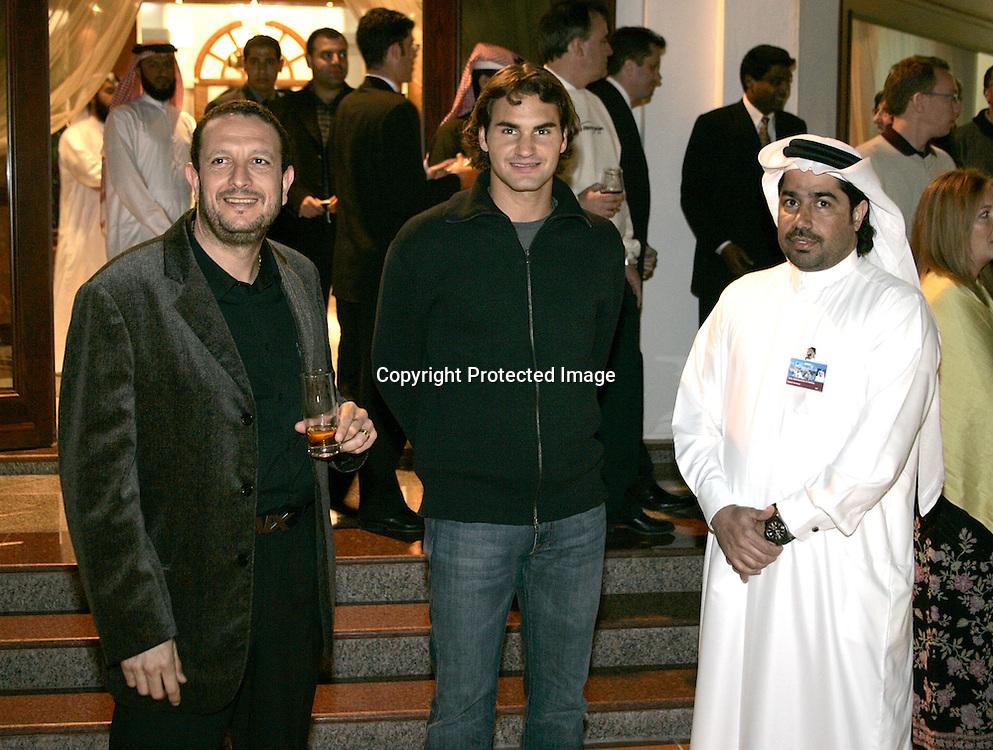 Qatar, Doha, ATP Tennis Turnier Qatar Open 2005, Turnier Direktor Ayman Azmy, Roger Federer (SUI) und  QTF General Secretary Tariq Al-Siddiqi 06.01.2005,<br />Foto: Juergen Hasenkopf