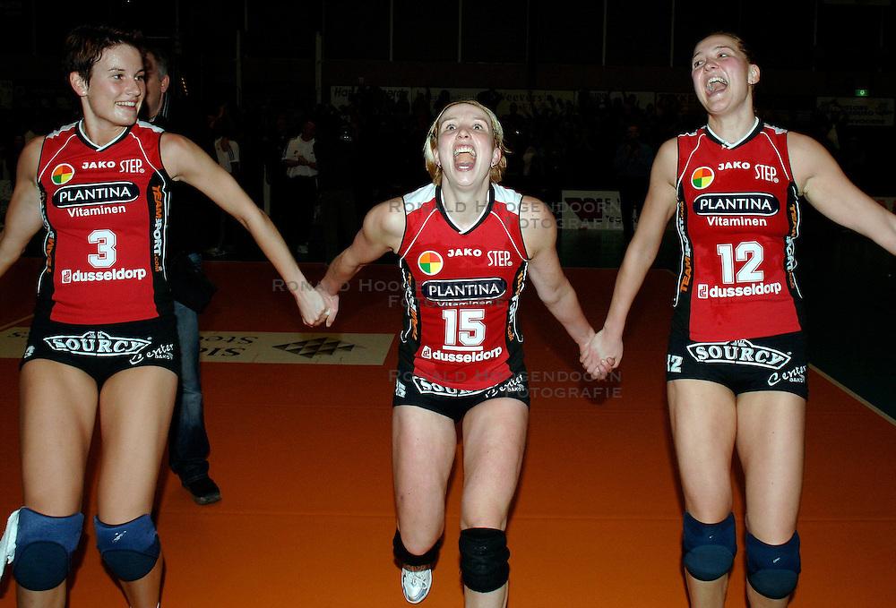 19-01-2006 VOLLEYBAL: TOPTEAMSCUP PLANTINA LONGA - VOLERO ZURICH: LICHTENVOORDE<br /> In de kwartfinale van de strijd op de Top Teams Cup wonnen beide ploegen één keer met 3-2 en scoorden ze ook nog precies hetzelfde aantal punten en volgt er nu een beslissingswedstrijd / Nathalie Reulink, Elles Leferink en Kitty Sanders<br /> ©2006-WWW.FOTOHOOGENDOORN.NL