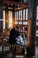 Chine, Province du Sichuan, Chengdu, maison de thé dans le temple Dashengci  // China, Sichuan province, Chengdu, tea house in Dashengci Temple