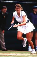 Denisa Chladkova,Tennis,Wimbledon 1997,Grand Slam Turnier, HF, Aktion, laeuft an der Grundlinie nach links,.Ganzformat, konzentriert, Grimasse, Dynamik, Sport,