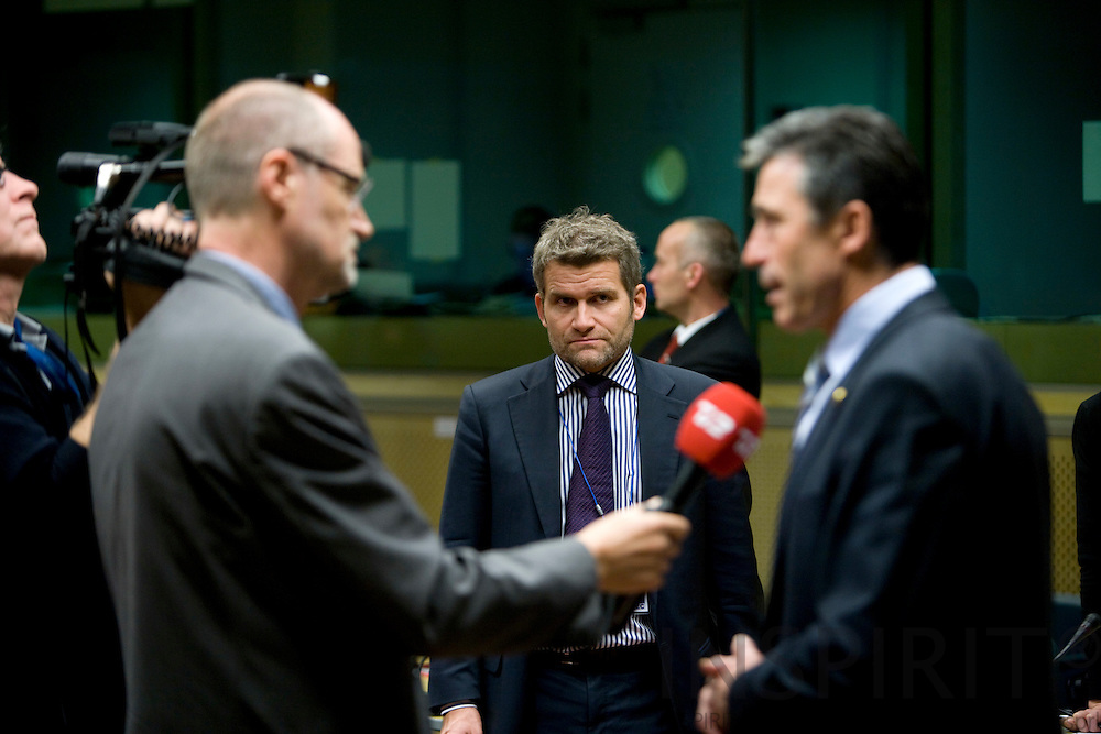 BRUSSELS - BELGIUM - 12 DECEMBER 2008 -- EU Summit under the French Presidency -- Spokesman Michael ULVEMANN listen to his Prime Minister Anders Fogh RASMUSSEN giving interview to Danish TV2. Photo: Erik Luntang