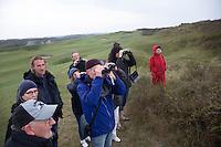 DOMBURG - Birdwatching op de golfbaan van de Domburgsche Golf Club olv Vogelaar / bioloog Floor Arts met baancommissaris Inge Boomsma en hoofdgreenkeeper Arjen Bosschaart (l) . Een natuurvriendelijk en milieubewust beheerd golfterrein biedt voor de golfer een interessante en uitdagende omgeving en bevordert de beeldvorming van de golfsport als een 'groene' sport.  Het beleid kent drie programma's: Committed to Green, Golfers love Birdies en Green Deal. COPYRIGHT KOEN SUYK