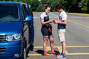 Atleet Rosa Bas overlegt met haar trainer. Op vliegbasis Woensdrecht test het HPT met de VeloX. In september wil het Human Power Team Delft en Amsterdam, dat bestaat uit studenten van de TU Delft en de VU Amsterdam, tijdens de World Human Powered Speed Challenge in Nevada een poging doen het wereldrecord snelfietsen voor vrouwen te verbreken met de VeloX 9, een gestroomlijnde ligfiets. Het record is met 121,81 km/h sinds 2010 in handen van de Francaise Barbara Buatois. De Canadees Todd Reichert is de snelste man met 144,17 km/h sinds 2016.<br /> <br /> With the VeloX 9, a special recumbent bike, the Human Power Team Delft and Amsterdam, consisting of students of the TU Delft and the VU Amsterdam, also wants to set a new woman's world record cycling in September at the World Human Powered Speed Challenge in Nevada. The current speed record is 121,81 km/h, set in 2010 by Barbara Buatois. The fastest man is Todd Reichert with 144,17 km/h.