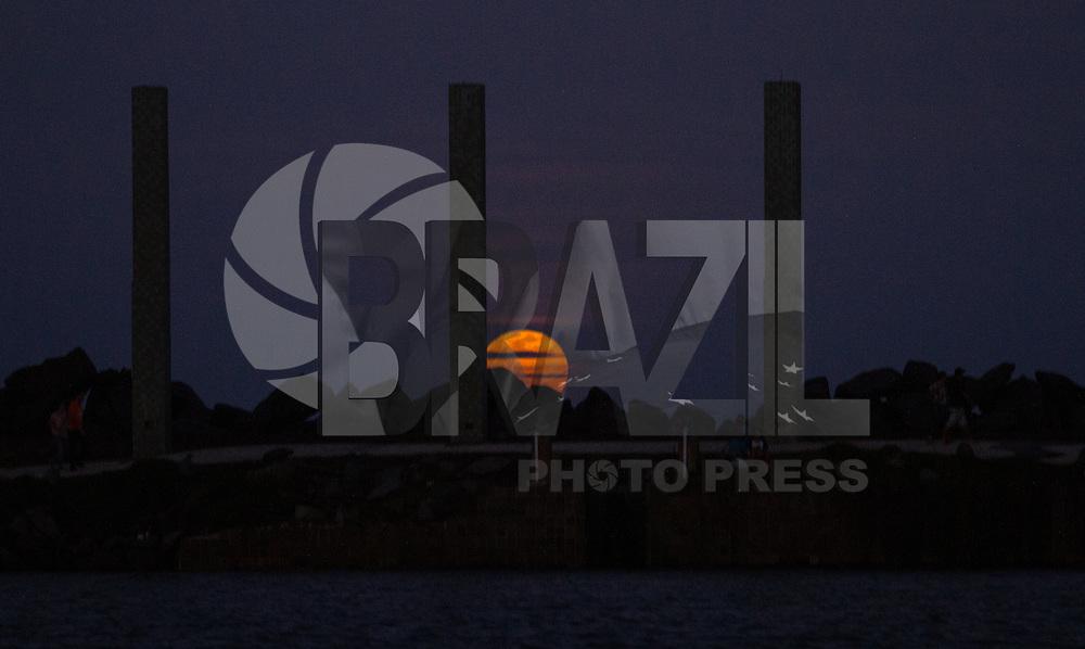 RECIFE,PE,31.07.2015- Lua Cheia (Lua Azul) Vista do Marco Zero no Recife Antigo ,nesta sexta,31 . (Foto: Jean Nunes/Brazil Photo Press)