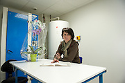 Hélène attends que la journée passe. Depuis quatre mois les ouvrières de Sodimédical, à Plancy l'Abbaye (10) pointent tous les matins à 7h15 mais à la fin du mois aucun salaire ne tombe. En 2010 le groupe Lohmann & Rauscher a annoncé la fermeture de cette usine de matériel médical et le licenciement de ses 54 salariés pour délocaliser l'activité en Chine. Malgré plusieurs décisions de justice qui ont invalidé les plans sociaux , le groupe ne confie plus de travail aux ouvrières. Sans travail mais aussi sans chômage, les ouvriers sont chaque jour 8 heures à l'usine, tricotant, jouant aux cartes ou marchant en rond dans le parking, en attendant une décision.