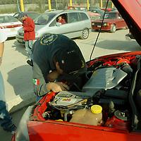 Metepec, Mex.- Policias ministeriales adscritos al área de recuperación de vehículos, checan números de serie de los carros que son vendidos por particulares en el tianguis de Metepec. Agencia MVT / José Hernández. (DIGITAL)<br /> <br /> <br /> <br /> NO ARCHIVAR - NO ARCHIVE