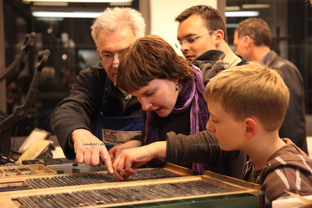 """Beuscher im Museum der Arbeit während der """"Langen Nacht der Museen"""" in Hamburg. Visitors of the museum of labour during the """"long night of museums"""" in Hamburg."""