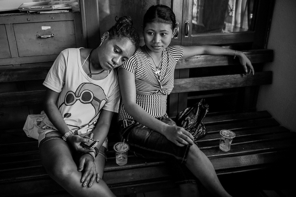 Mary (18) leans on her friend's shoulder as she waits for her HIV test results at a Voluntary Counseling and Testing clinic (VCT).<br />