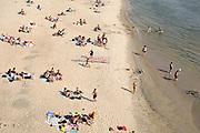 Nederland, nijmegen, 17-7-2018Mensen trekken massaal naar de oevers van de waal en de nieuwe spiegelwaal in het rivierpark aan de overkant van Nijmegen . Het nieuwe recreatiegebied is een aanwinst voor de stad en omgeving. Op de foto de kant van de rivier. Door de langdurige droogte en hoge temperaturen is de waterstand laag .Foto: Flip Franssen