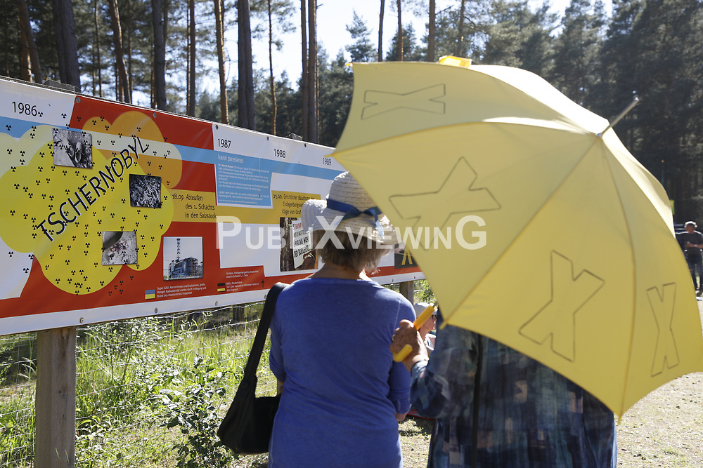 Besucherinnen der Kulturellen Widerstandspartie am Bergwerk in Gorleben im Zuge der Kulturellen Landpartie betrachten eine Ausstellung &uuml;ber die Geschichte der Auseinandersetzungen um Gorleben.<br /> <br /> Ort: Gorleben<br /> Copyright: Andreas Conradt<br /> Quelle: PubliXviewinG