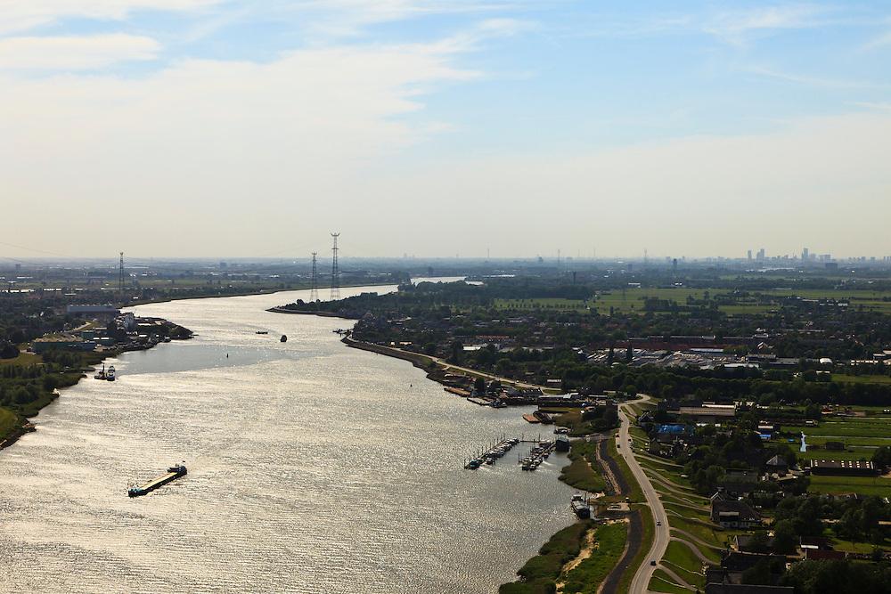 Nederland, Zuid-Holland, Lekkerkerk, 23-05-2011; rivier de Lek gezien naar het westen (naar Rotterdam) met aan weerszijden van de rivier de Alblasserwaard (links) en Krimpenerwaard.luchtfoto (toeslag), aerial photo (additional fee required).copyright foto/photo Siebe Swart