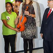 NLD/Amsterdam/20150916 - Koningin Maxima bezoekt instrumentendepot van het leerorkest in Amsterdam, Koningin Maxima overhandigt de Amalia-viool aan oprichter en directeur van het Instrumentendepot Leerorkest, de heer De Souza, aan Sanne Wiering