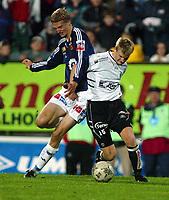 Fotball, 22. september 2003, Tippeligaen,  Sogndal-Viking 2-2,  Brede Hangeland, Viking, mot Christian Kalvenes, Sogndal