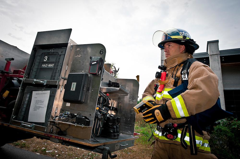 Le formateur pompier Michel Sabourin inspecte son camion d'intervention. Caroline Hayeur/ Agence Stock Photo