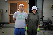 Kei et Akiko Kondo vivaient dans le quartier du port. Le 11 mars, Kei travaillaient dans lautre partie de la ville et avait pu se réfugier sur les hauteurs. Sa femme Akiko était avec leur fils et le père de Kei dans la maison. Tous trois ont échappé de justesse à la vague en montant dans la voiture et fuyant vers les montagnes, pourtant situées à quelques centaines de mètre. Le tsunami est arrivé si subitement quils ont terminé leur course les genoux dans leau, aidé par ceux qui avaient déjà réussi à monter..Ce jour là il neigeait et leau est restée haute jusque très tard dans la soirée. Kei voulait rejoindre sa famille et sa maison sans pourtant savoir sils étaient en vie, mais bouger était impossible. .Pendant une journée complète, Kei a essayé de traverser la ville pour les rejoindre. «Le premier paysage que jai vu, cétait vraiment lenfer.» Les cadavres jonchaient le sol et étaient pris dans les ruines, lavancée se faisait dans des eaux stagnantes en équilibre sur des structures métalliques et des portions de maison..Ils ont mis 4 jours pour se retrouver, Chacun sétaient réfugiés dans des centres improvisés, sans aucun moyen de communiquer que par le bouche à oreille..Aujourdhui, ils rénovent leur maison toujours debout, mais fortement endommagée par le tsunami. Elle nest pas très sûre, et il faudra sans doute la reconstruire, mais ce quartier les a vu grandir, et bien que la zone soit fortement à risque, toute la famille ainsi que le voisinage espèrent  y revenir et y créer un jour une nouvelle vie..Le t-shirt de Kei est évocateur de son volontarisme: change brings life (changer apporte la vie).