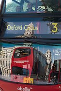London. UK  Whitehall street reflected on a bus / Londres . Grande Bretagne