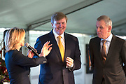 Koning Willem Alexander opent BioWarmteCentrale De Purmer. De centrale van Stadsverwarming Purmerend (SVP) wordt gestookt op houtsnippers<br /> <br /> King Willem Alexander opens Bio Heating Station The Purmer. The central district heating is for Purmerend (SVP) <br /> <br /> Op de foto:  Koning Willem Alexander verricht de openingshandeling / King William Alexander performed the opening act