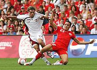 Fussball International Laenderspiel Schweiz - Venezuela Philipp Degen (SUI,re) gegen Jorge Rojas (VEN,li)