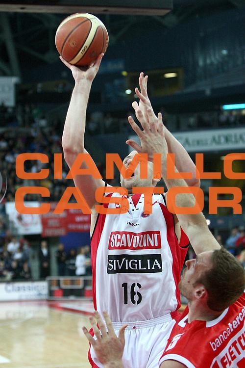 DESCRIZIONE : Pesaro Lega A 2010-11 Scavolini Siviglia Pesaro Banca Tercas Teramo<br /> GIOCATORE : Tautvydas Lydeka <br /> SQUADRA : Scavolini Siviglia Pesaro <br /> EVENTO : Campionato Lega A 2010-2011<br /> GARA : Scavolini Siviglia Pesaro Banca Tercas Teramo<br /> DATA : 27/02/2011<br /> CATEGORIA : tiro penetrazione<br /> SPORT : Pallacanestro<br /> AUTORE : Agenzia Ciamillo-Castoria/C.De Massis<br /> Galleria : Lega Basket A 2010-2011<br /> Fotonotizia : Pesaro Lega A 2010-11 Scavolini Siviglia Pesaro Banca Tercas Teramo<br /> Predefinita :