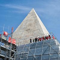 Attivisti per i diritto all'abitare occupano la Piramide a Roma