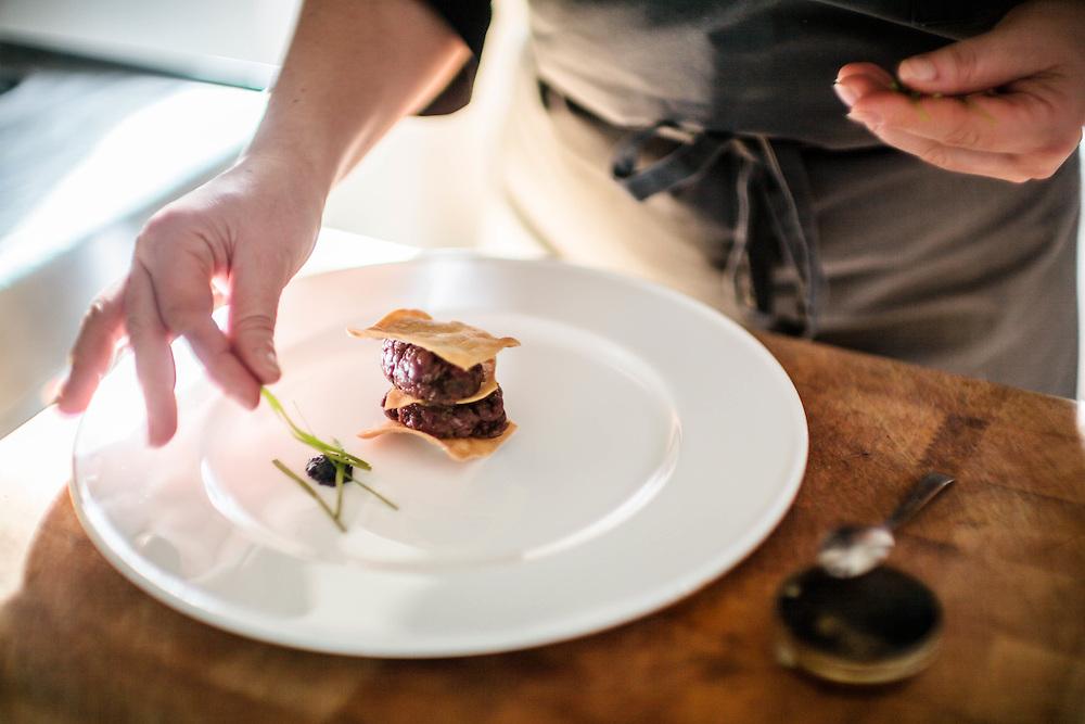 26 NOV 2011 - Sappada (BL) - Ristorante Laite - Fabrizia Meroi, chef, prepara la Tartara di Capriolo e Caviale