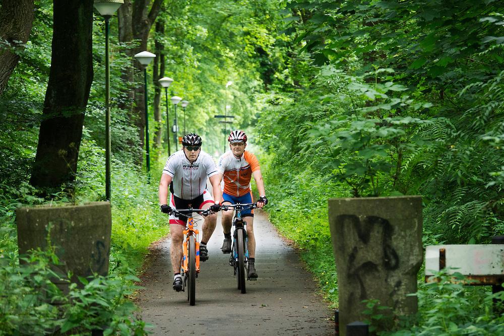 In Soest rijden twee mannen op een mountainbike.<br /> <br /> In Soest two men are riding a mountainbike.